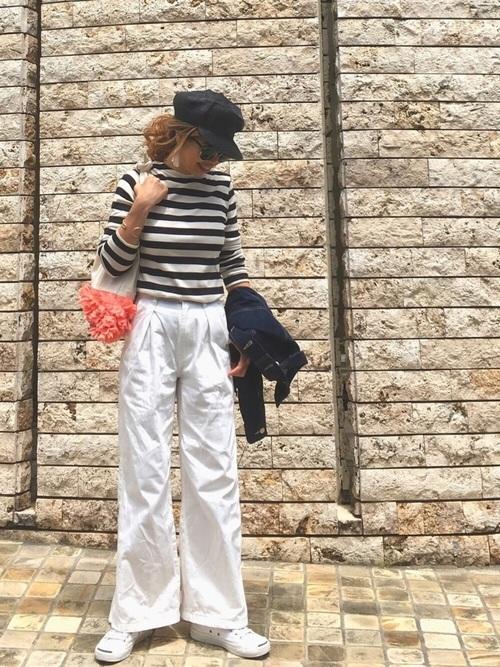 オーガニックコットンのボーダーTシャツと白いデニムパンツのコーデ
