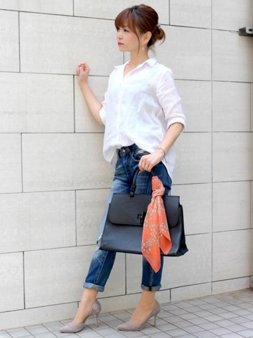 白いシャツとデニムとオレンジのスカーフを巻いた黒いバッグのコーデ