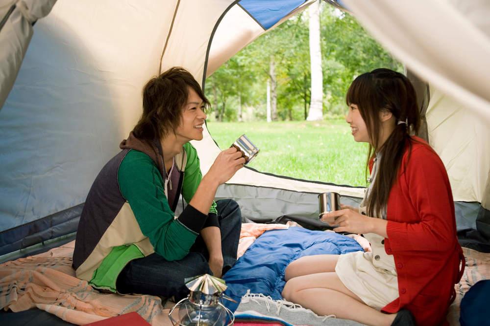 テントの中でくつろぐ男女