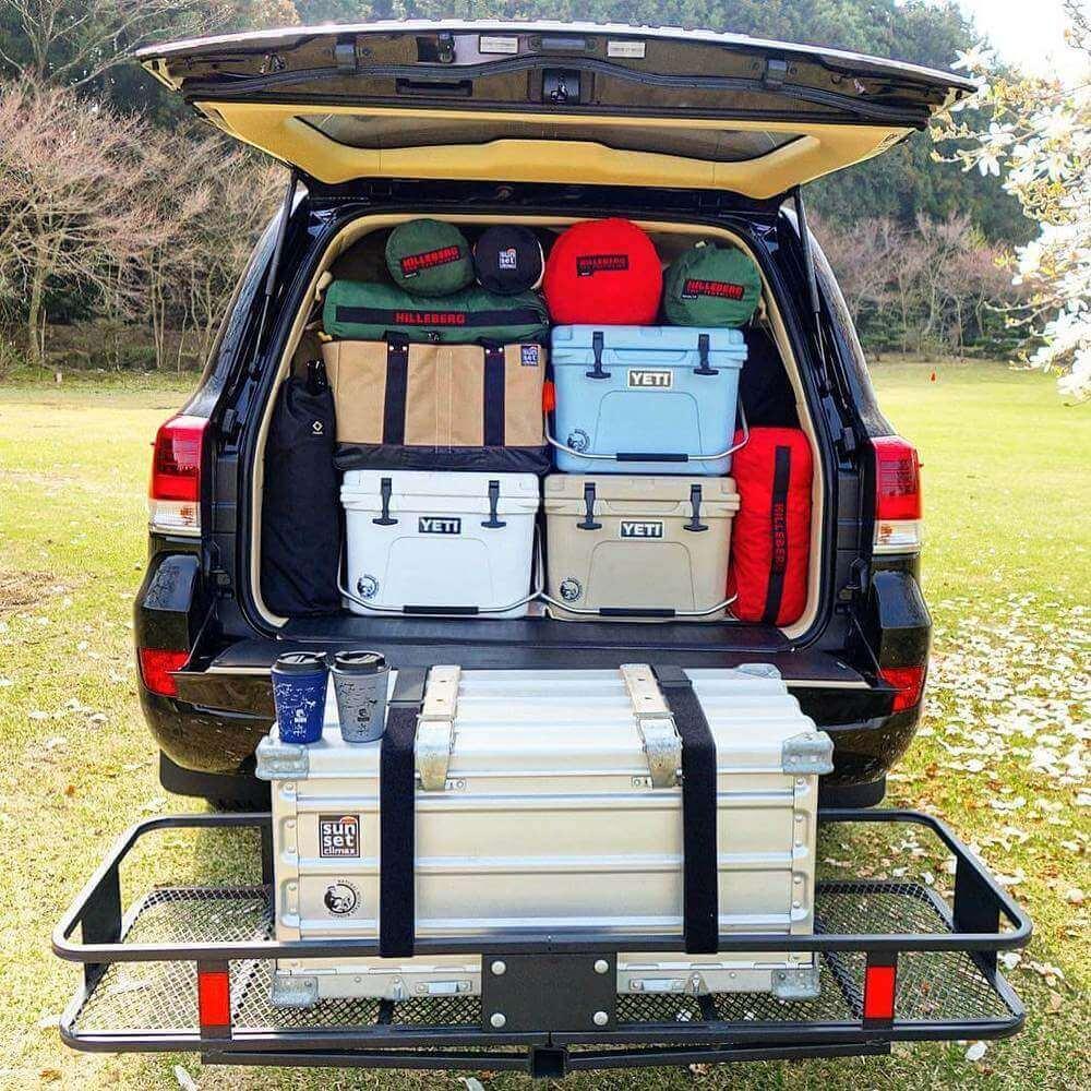 自動車の中で整理整頓された荷物