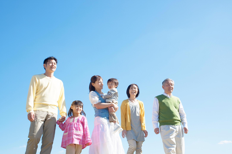 集合して上を見る三世代家族