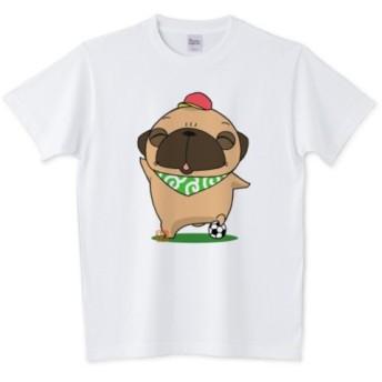 色・サイズ豊富 笑顔でサッカーをするパグ(フォーン)5.6オンスTシャツ(ぱぐ グッズ)