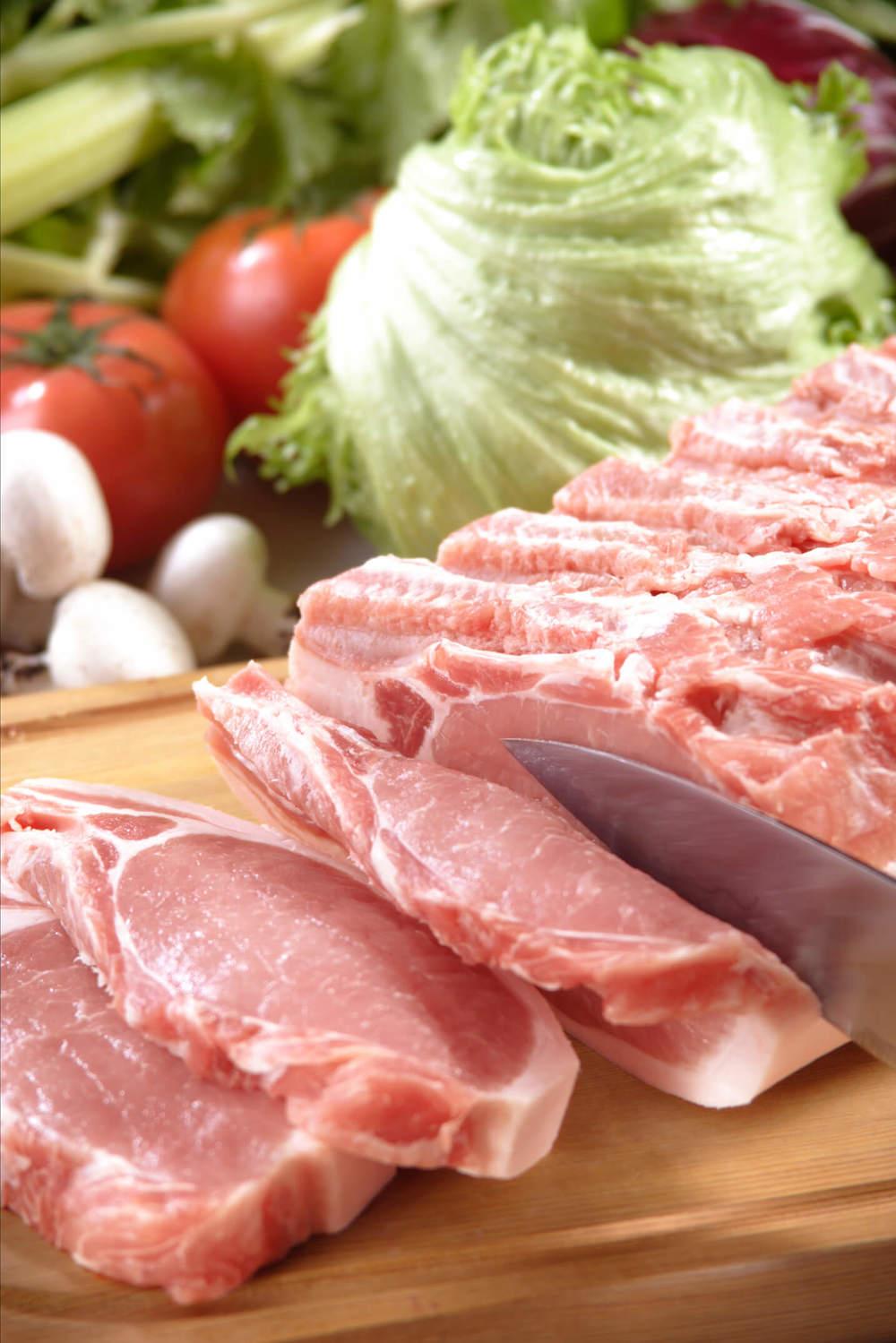 カットしている豚肉