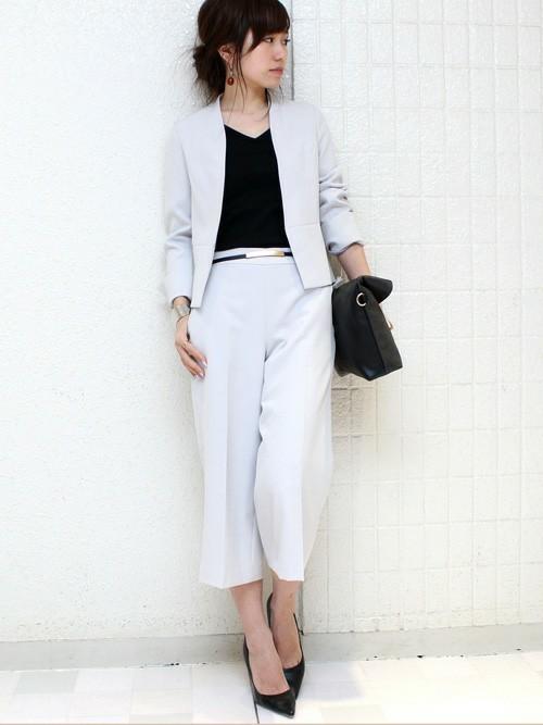 ライトグレーのパンツスーツと黒いカットソーのコーデ