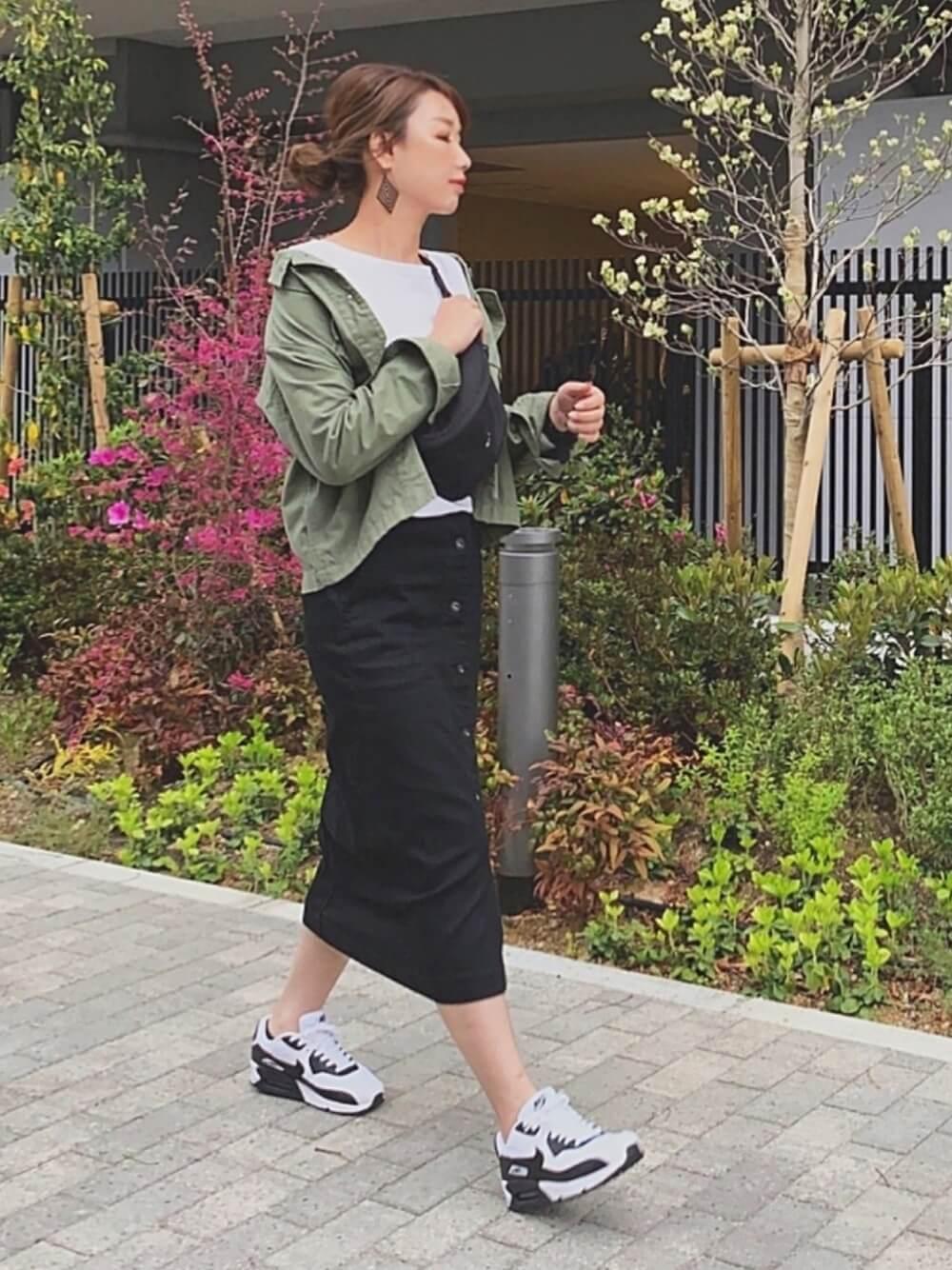 タイトシルエットのミモレ丈スカート