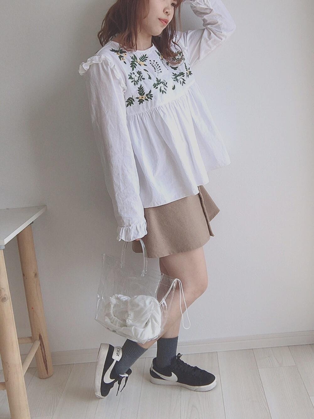 ベージュのミニ丈スカート×白のブラウス