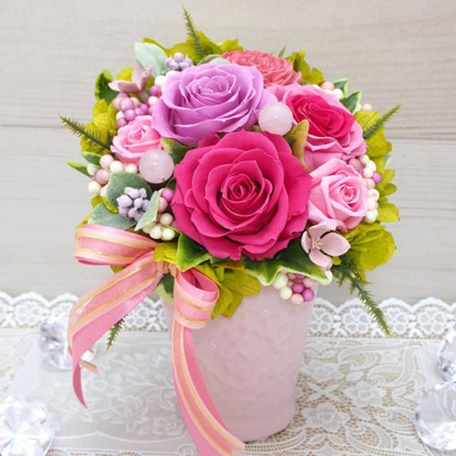 可愛らしいピンク色のバラに愛の石ローズクォーツをあわせてアレンジ・プリザーブドフラワーアレンジメント