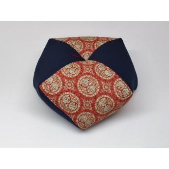 手作りあぐら座布団 おじゃみ(お手玉)の形をした可愛らしい座布団。 正座やあぐらで楽に座れます。上質な木綿わた使用し丁寧にお仕立てます。 g850 鳳凰えんじ×無地コン