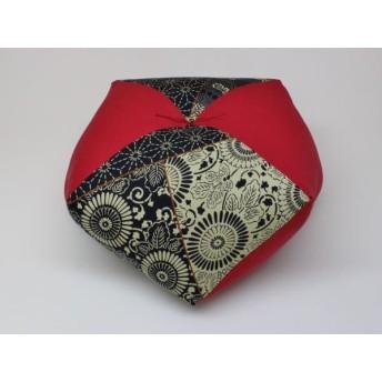 手作りあぐら座布団 おじゃみ(お手玉)の形をした可愛らしい座布団。 正座やあぐらで楽に座れます。上質な木綿わた使用し丁寧にお仕立てます。 g850 藍染調×無地エンジ