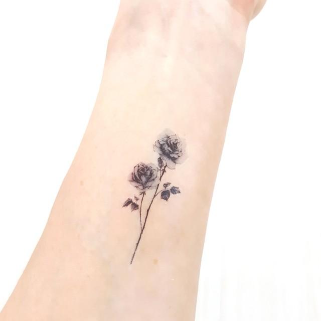 可憐な2輪の薔薇の花(モノクロ)のタトゥーシール