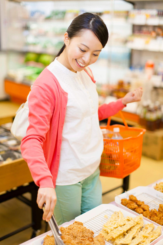 惣菜を買う女性