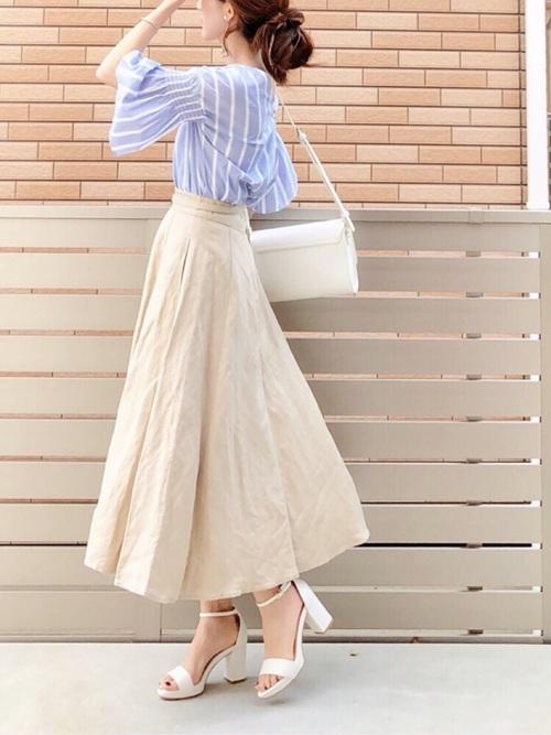 ブルーのストライプシャツとベージュのスカートと白いチャンキーヒールのコーデ