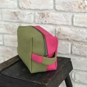 帆布のユニセックスなスクエアポーチ、オムツポーチにも。ピスタチオグリーン×ローズピンク