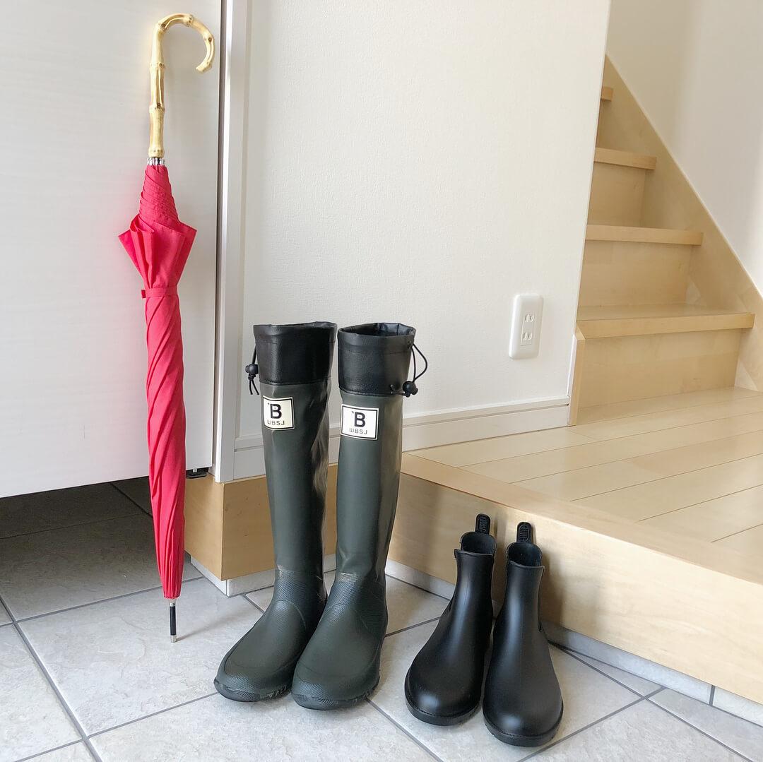 玄関に置かれた「日本野鳥の会」のバードウォッチング長靴