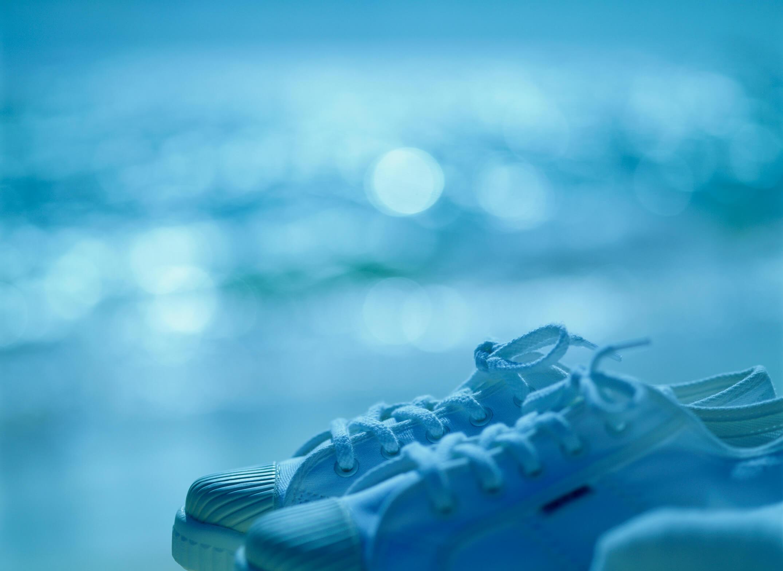 雨の日のスニーカー(イメージ)