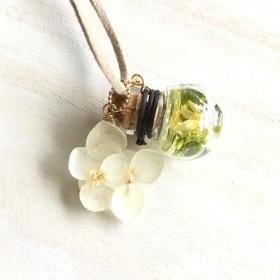 ミニボトルと紫陽花のネックレス