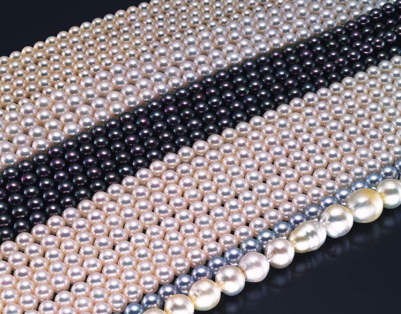 さまざまな色と形のある真珠