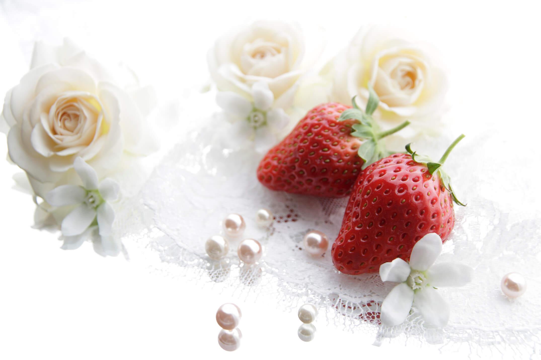 大粒の真珠とバラの花、いちご