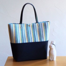 夏のマルチストライプ手織り布のスクエアトート(ブルー)