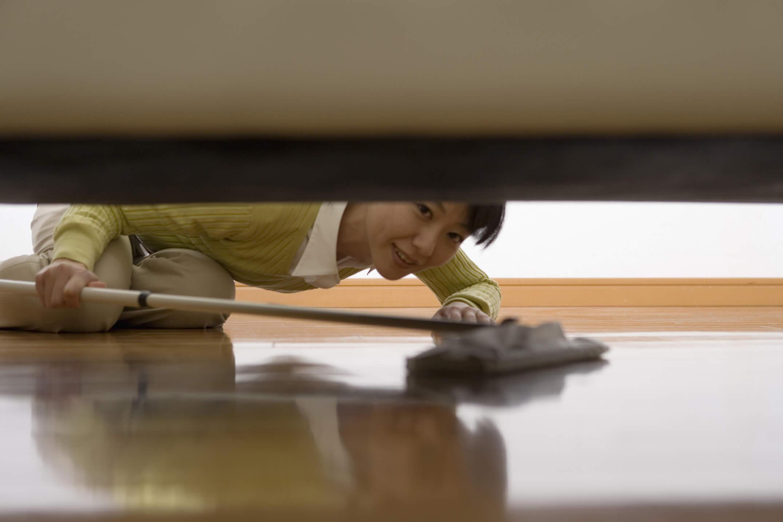 フローリングシートで掃除する女性