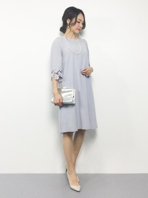 グレーのドレスとパールのイヤリングとネックレスのコーデ
