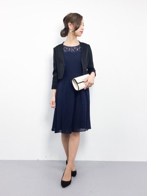 黒いテーラードジャケットとブルーのドレスのコーデ