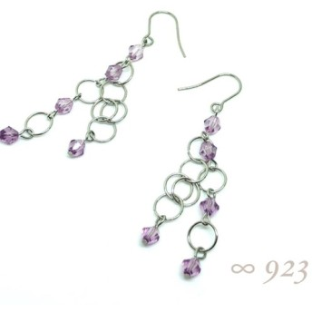 サージカルステンレスのリングにうす紫のクリアビーズ。サージカルステンレス