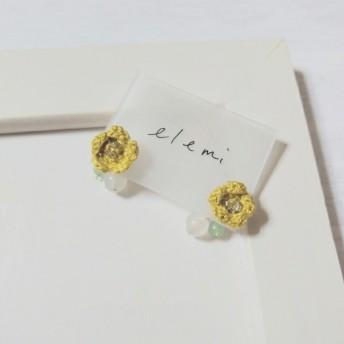 かぎ針編み 玉蜀黍色ミニ花&ビースピアス
