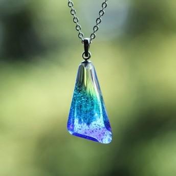 宇宙(そら)色のドロップ ガラスのネックレス オーシャンブルー トライアングル
