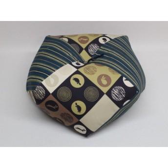 手作りあぐら座布団 おじゃみ(お手玉)の形をした可愛らしい座布団。 正座やあぐらで楽に座れます。上質な木綿わた使用し丁寧にお仕立てます。 g850 うさぎとかめ×縦縞紺