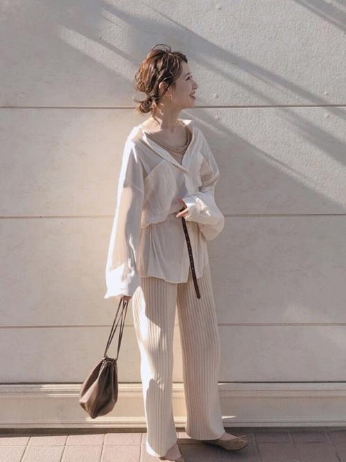 オーバーサイズの白シャツとベージュのパンツのワントーンコーデ