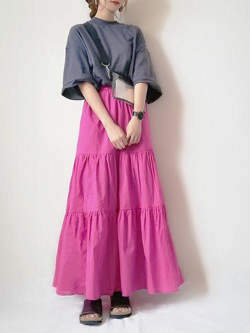 グレーのオーバーサイズTシャツとピンクのスカートのコーデ