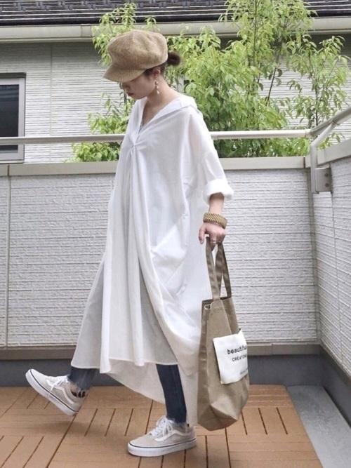 白いシャツワンピースとデニムスリムパンツのコーデ