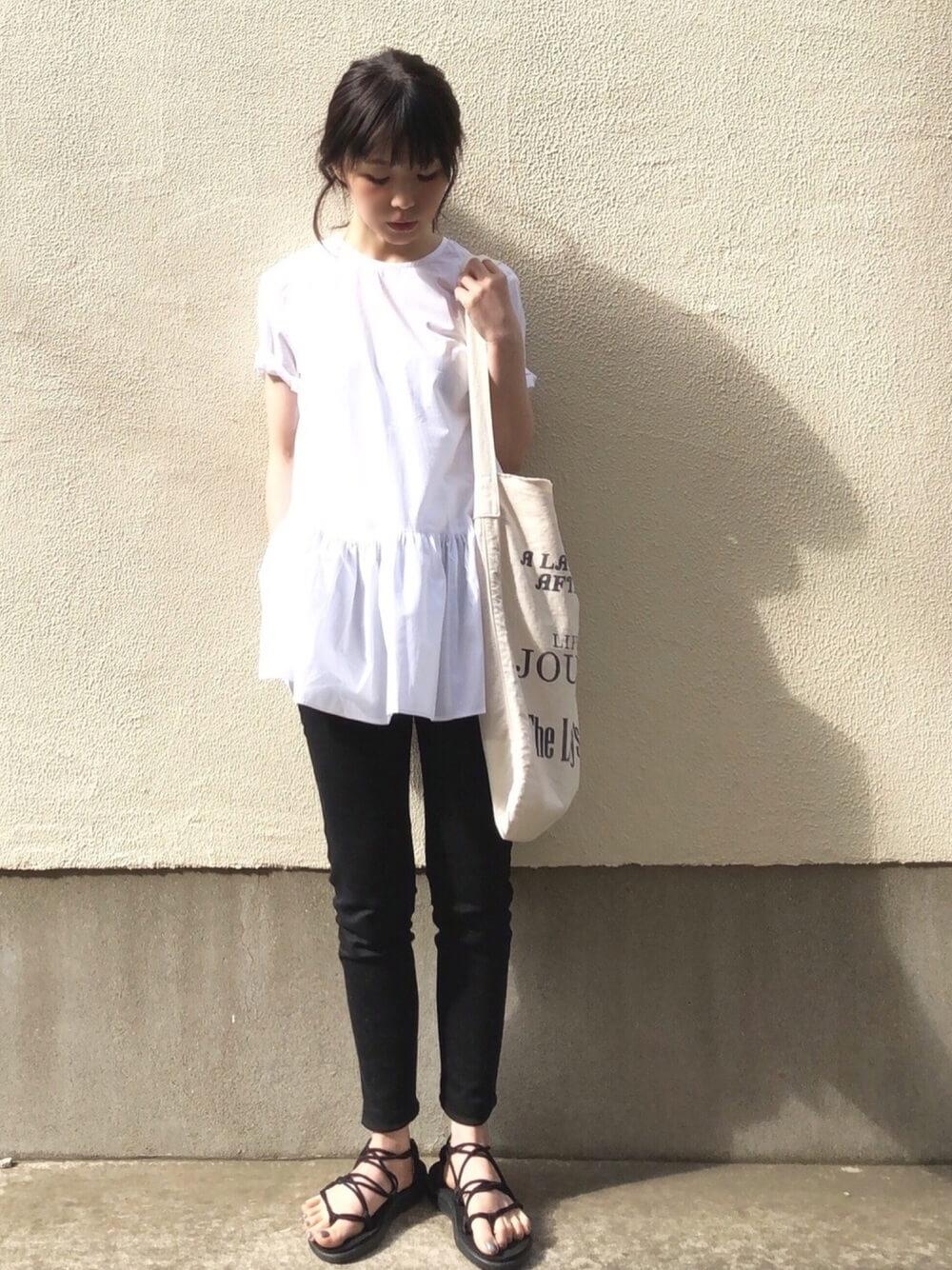 デザインTシャツと黒スキニー