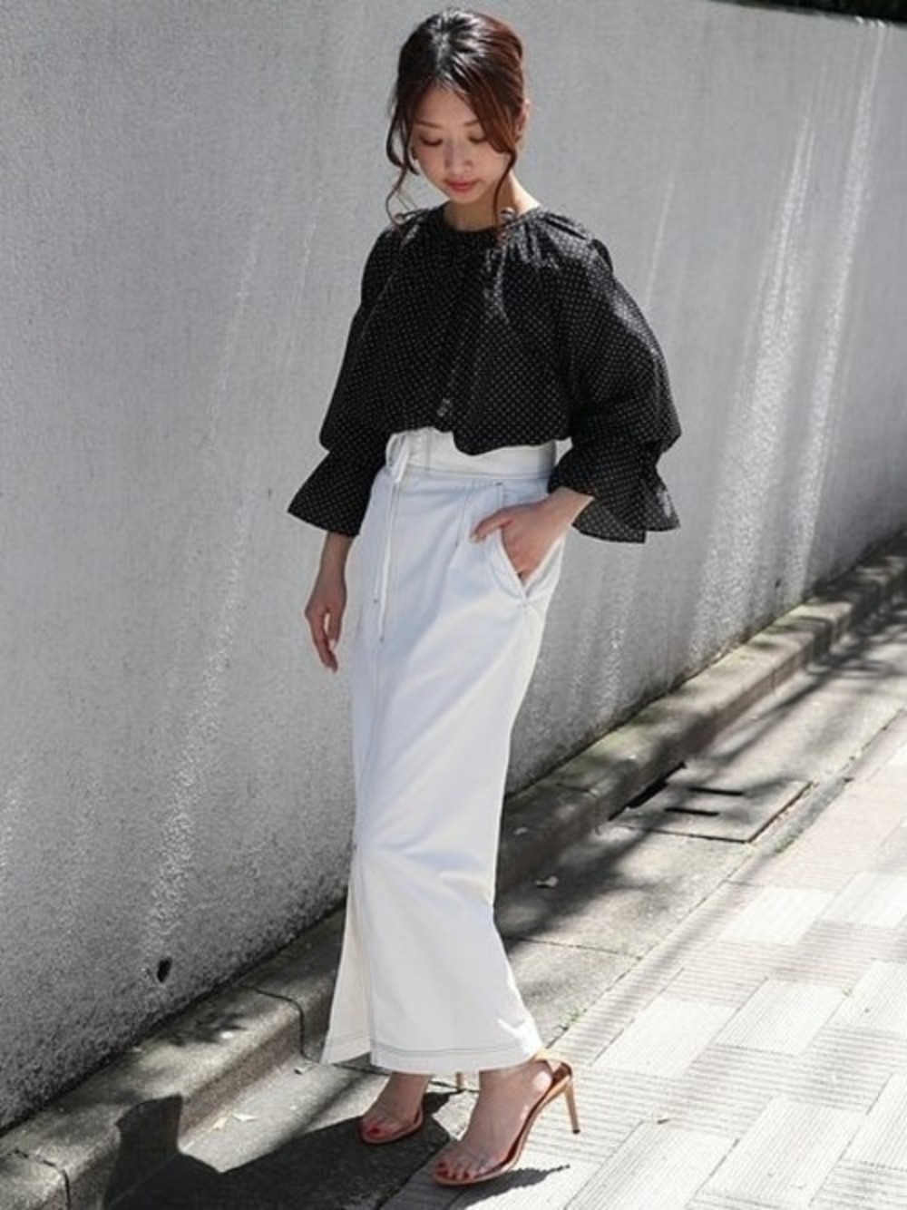 ボリューム袖のトップスとタイトスカート