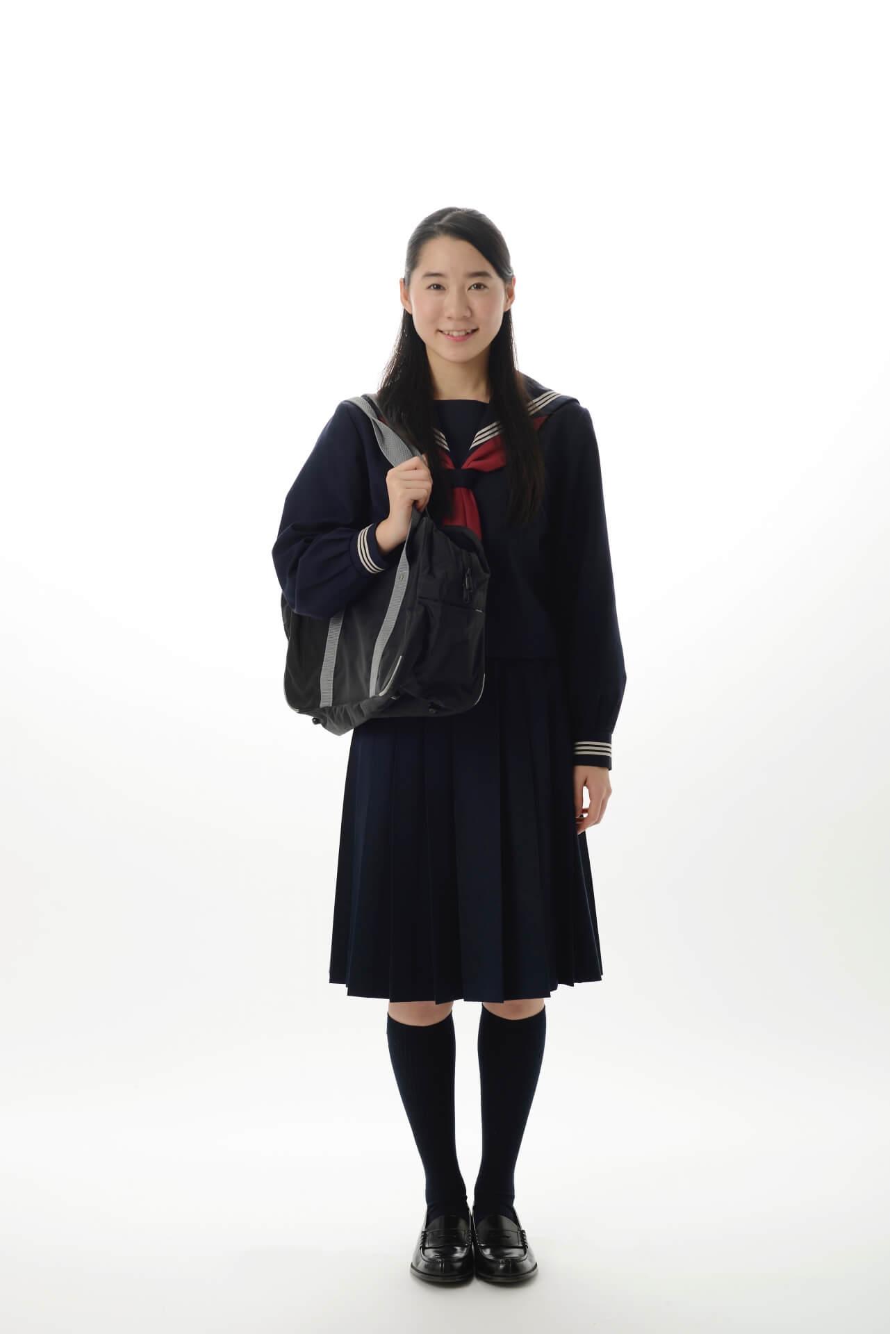 制服を着た女子中学生