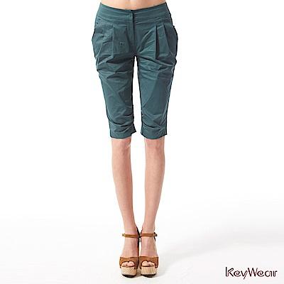 KeyWear奇威名品    英倫風格修身剪裁五分褲-墨綠色