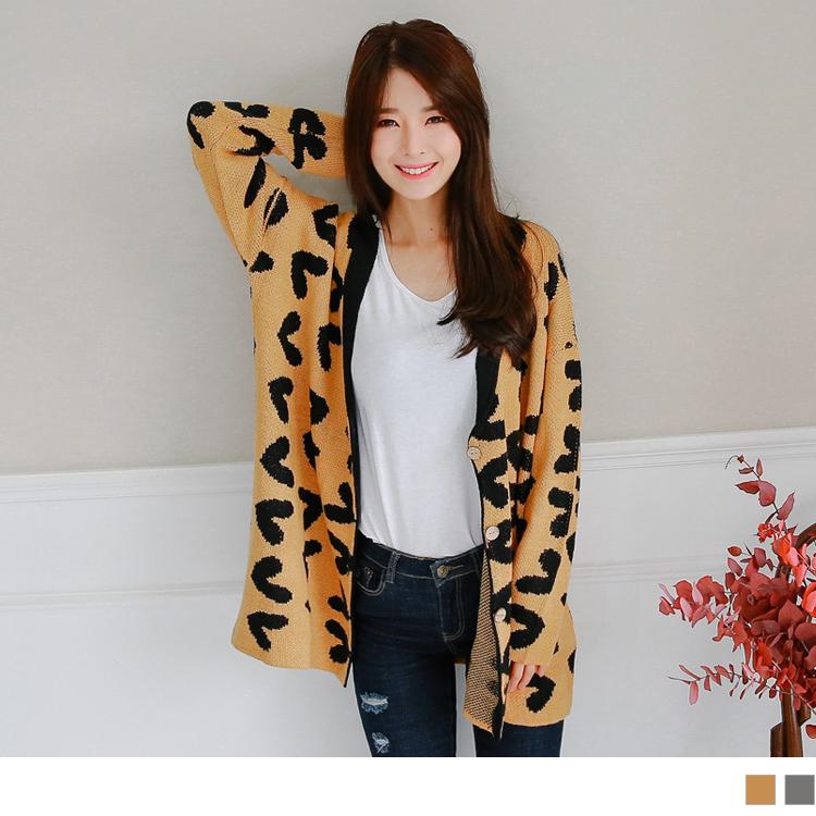 滿版愛心圖樣木質排釦V領落肩針織外套.2色