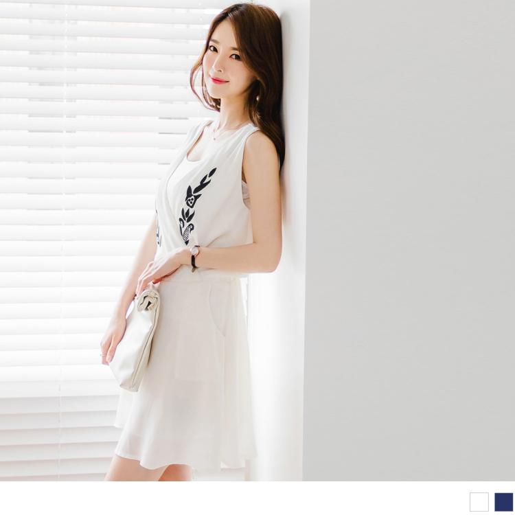 刺繡圖案交叉V領口造型腰圍鬆緊無袖洋裝.2色