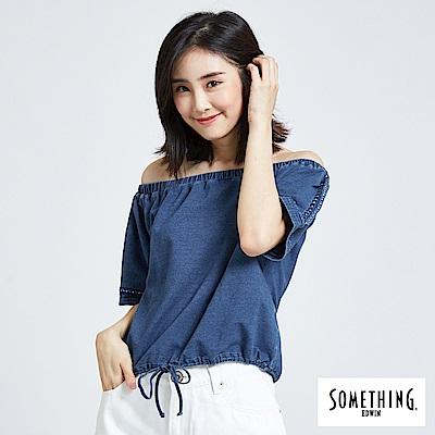 SOMETHING 一字領INDIGO刺繡T恤-女-漂淺藍
