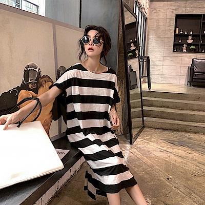 MOCO圓領黑白寬條紋壓折荷葉袖側開叉長版棉質洋裝