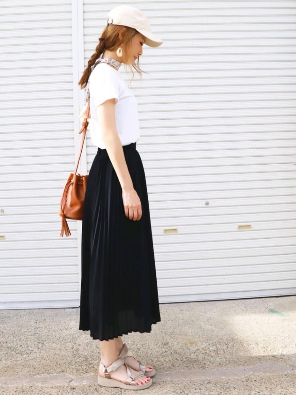 プリーツスカートと合わせれば女性らしいスタイルに