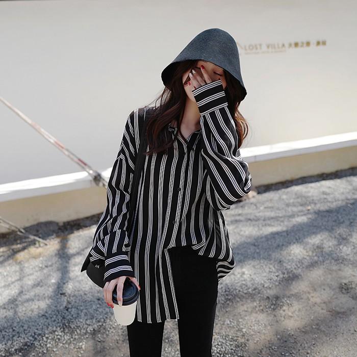 清新好穿的條紋襯衫這個春天怎麼也不能少不管是單穿或者跟各種外套搭配,它都能給你驚喜,可以說是搭配界的扛把子了簡單的POLO領,休閒大方,寬鬆的衣身,適合各種身材的寶寶們,很顯瘦長袖設計,袖口拼接設計,