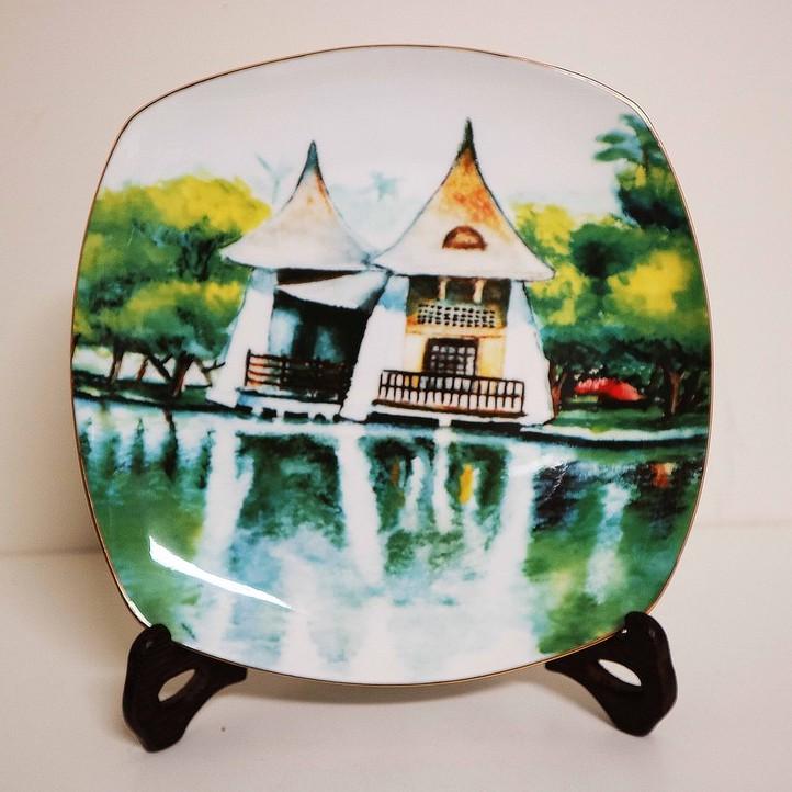 藝術瓷盤[湖心亭] 小光點畫廊身心障礙藝術畫家-謝建鋒 附盤架精緻禮盒包裝