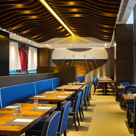 洋溢時尚海洋風的空間設計 秉持「健康、環保」的經營理念 餐券已包含10%服務費