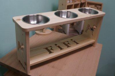 《 小木偶 木工坊 》原木3碗狗餐桌精美款 / 鏤空4個字母 / OSMO透明漆 / 高30cm / 直徑16cm碗