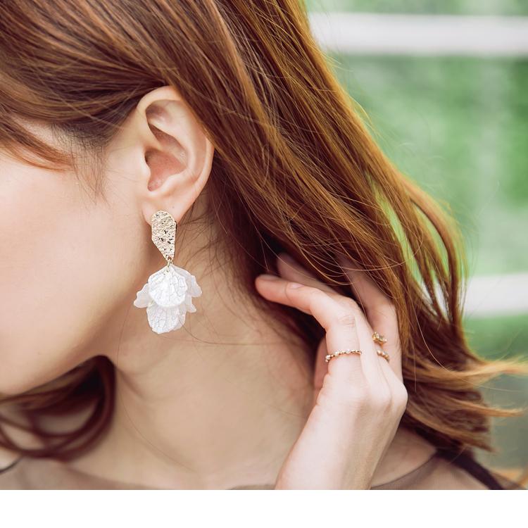 耳環選用白色貝殼堆疊而成的花瓣效果, 金色不規則壓紋作為視覺重點, 顯現出波光粼粼貝殼光澤感, 簡約穿搭搭配重點是飾品展現你的獨特丰采~~ ************** 小提醒: 本商品不列入折20的