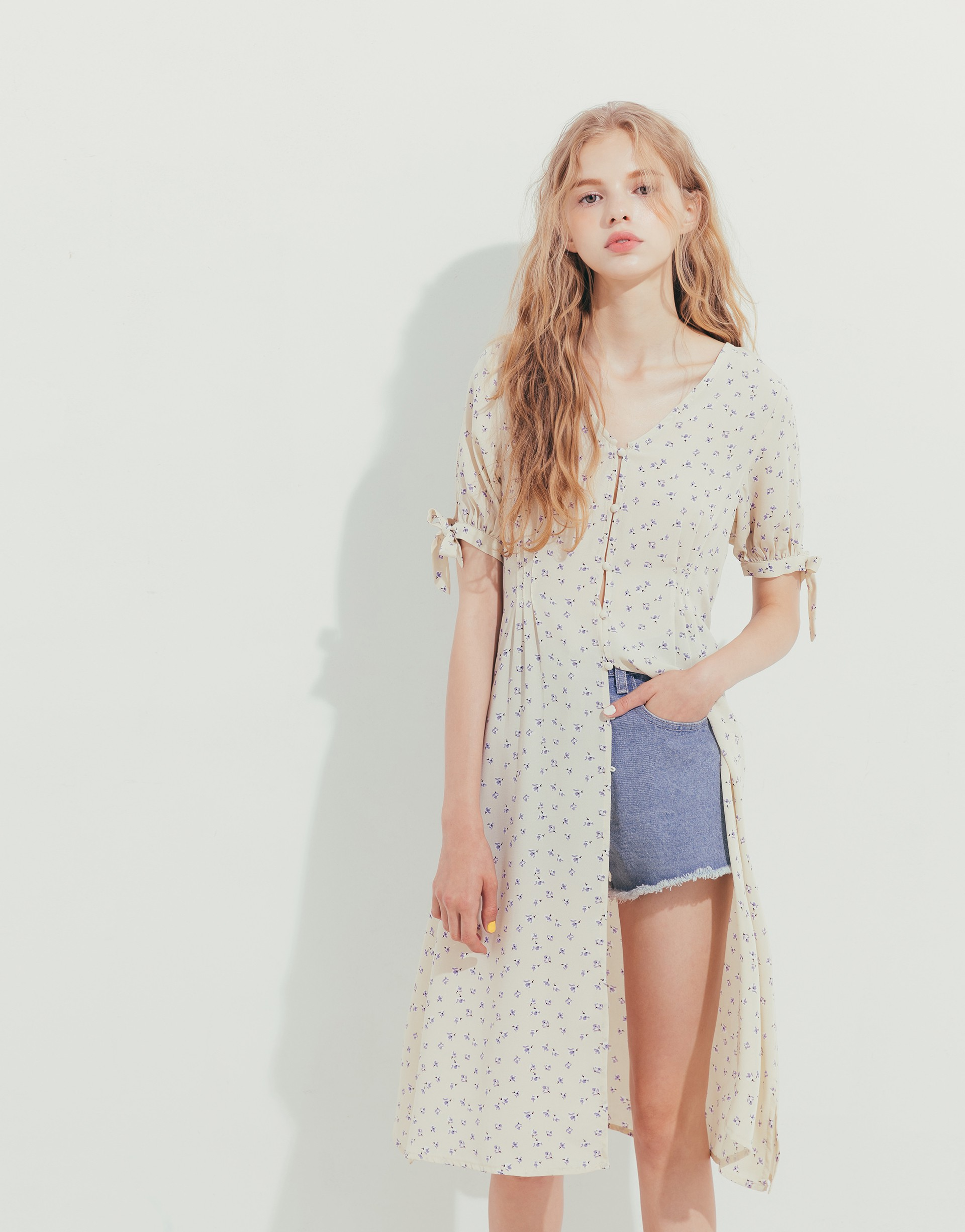 PAZZO+碎花底袖口蝴蝶結罩衫式洋裝