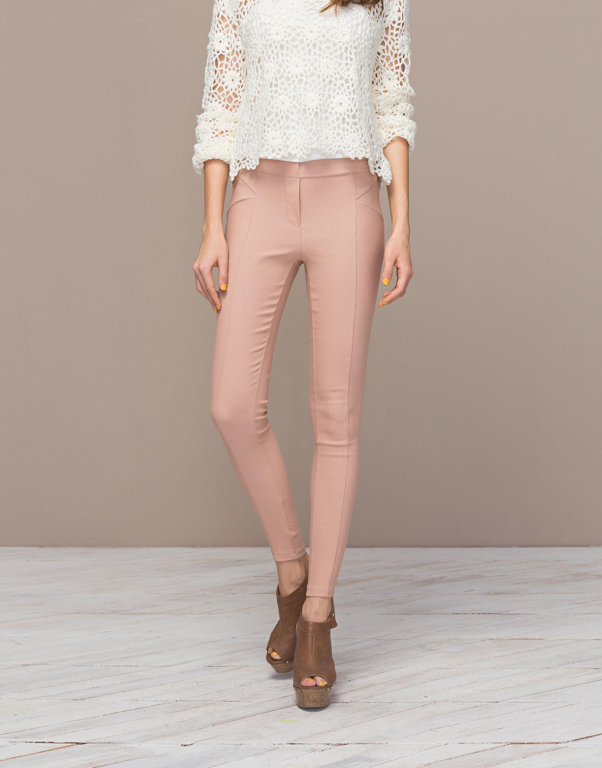 經典剪裁設計的高腰窄管褲,讓女孩們在穿搭時非常顯瘦又百搭,是衣櫥裡被必備的顯瘦百搭單品喔