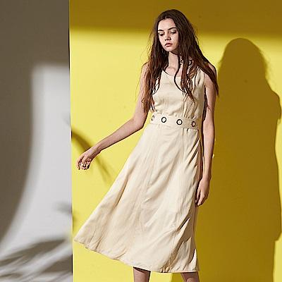ICHE 衣哲 時尚金屬圓環造型繫帶圓領無袖連身設計洋裝-米